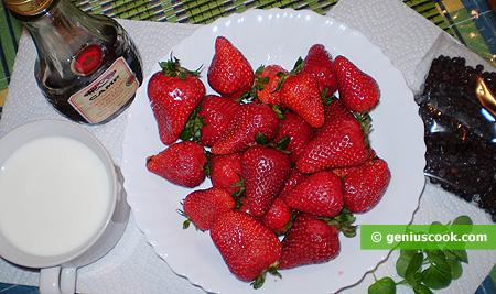Ingredienti per il Cocktail dessert di fragole con menta e cioccolato