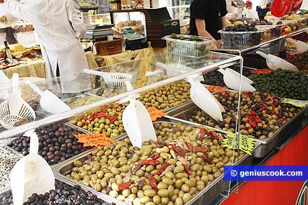 Vari tipi di olive marinate, con capperi,  peperoncino, erbe aromatiche
