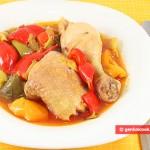 Pollo stufato in peperoni, porri e olive