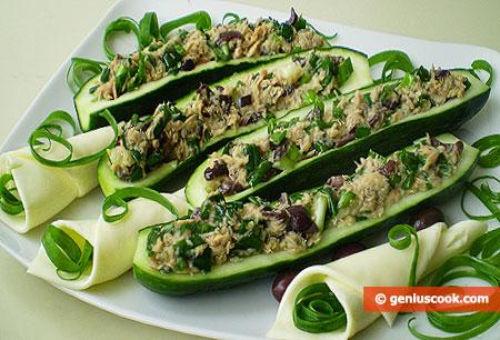 Cetrioli a barchetta con tonno e cipolle verdi