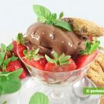 Dessert con crema di cioccolato, fragole e cantuccini