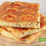 tranci di Focaccia al formaggio-olive-pomodorini
