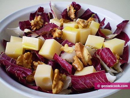 Insalata di radicchio rosso, formaggio e noci