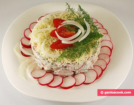 Insalata di ravanelli, pomodori e formaggio