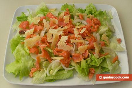 Insalata con salmone e formaggio parmigiano