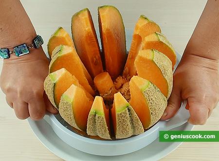 Utilizzo coltello affetta meloni