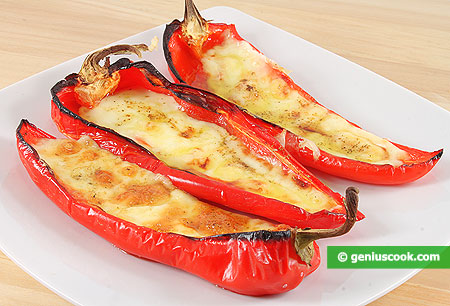 Peperoni cornetti, al forno, farciti con prosciutto e formaggio scamorza