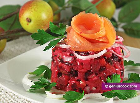 L'Insalata di barbabietole rosse, mele e salmone affumicato