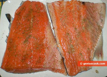 Filetti di salmone fresco con erbe aromatiche