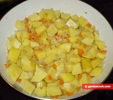 aggiungere le patate tagliate a pezzi