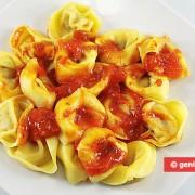 Tortellini con funghi e formaggio in salsa di pomodoro