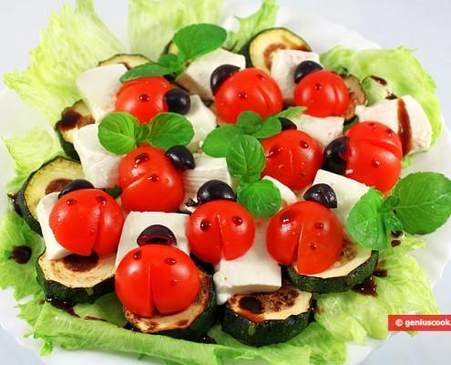 Antipasto di zucchini formaggio e pomodori