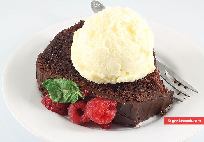 Cake al ioccolato e lamponi con gelato