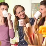 Donne bevono cocktail di latte e frutta